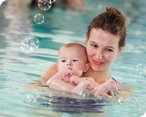 Mutter und Kind - Babyschwimmen - Foto © Joe Kramer
