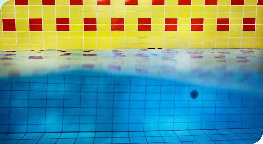 Wasserlinie im Schwimmbad. Foto © Joe Kramer
