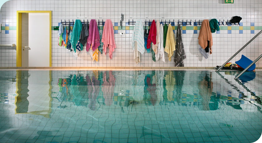 Schwimmbecken mit sich spiegelnden Handtüchern - Foto © Joe Kramer Photodesign