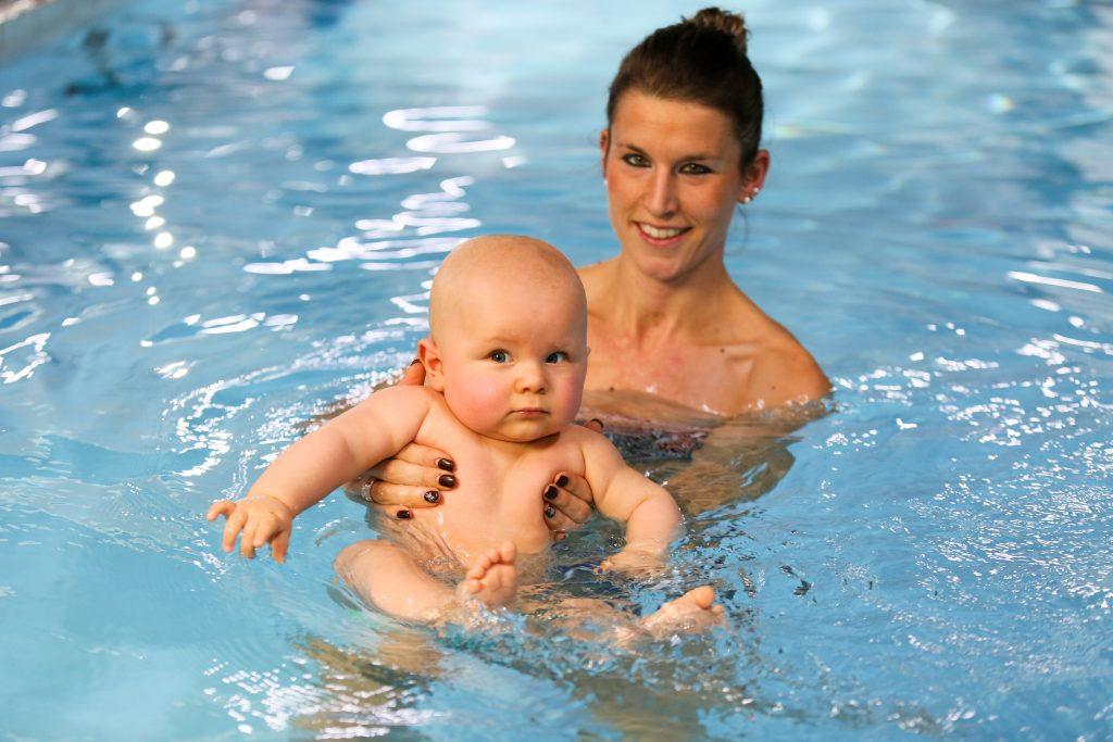 Babyschwimmen Überwasserfoto